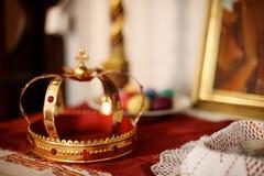 Uma coroa dourada Fotos de Stock Royalty Free