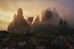 'Uma coroa rochosa' em uma manhã nevoenta nas dolomites Imagens de Stock