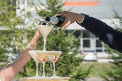 Uma corrediça do champanhe Pirâmide de vidros do champanhe com cher vermelho Imagem de Stock Royalty Free