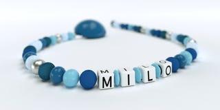 Uma corrente azul da chupeta para meninos com Milo do nome Foto de Stock