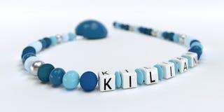 Uma corrente azul da chupeta para meninos com nome Killian Fotos de Stock