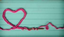 Uma corrente fazer crochê na forma de um coração Fotografia de Stock Royalty Free