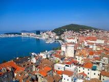 Uma costa de mar em Sibenik, Croácia Imagem de Stock Royalty Free