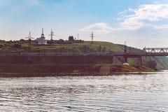 Uma costa de Volga na luz do sol atrasado Fotografia de Stock