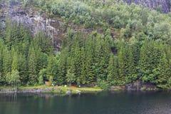 Uma costa do rio Evanger fotos de stock royalty free