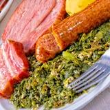 Uma couve genuína deliciosa do oldenburger com a salsicha espreitada do pinkel imagens de stock
