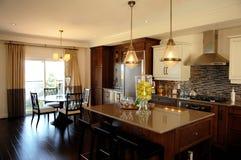 Uma cozinha agradável na casa modelo imagens de stock royalty free