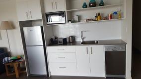 Uma cozinha bonita em matiz coloridas macias em meu apartamento bonito em Alpha Sovereign Hotel nos surfistas Paradise, Queenslan imagens de stock