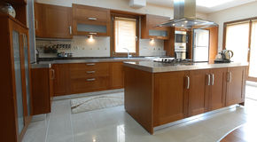 Limpe a cozinha moderna Fotografia de Stock Royalty Free