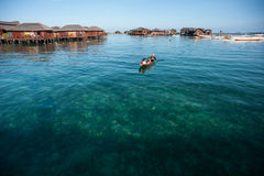 Uma criança aciganada do mar local Fotos de Stock