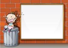 Uma criança acima do trashbin ao lado da placa vazia Fotos de Stock Royalty Free