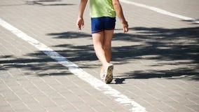 Uma criança anda no short no passeio no verão no movimento lento Pés do close up do bebê video estoque