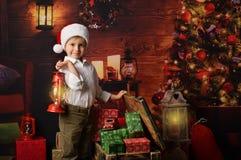 Uma criança com presentes de Natal fotografia de stock royalty free