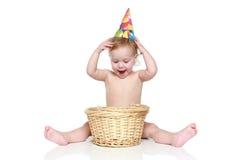 Uma criança com uma cesta de vime Imagens de Stock