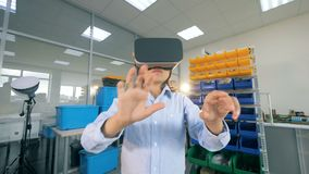 Uma criança da escola trabalha em vidros de VR, fim acima video estoque
