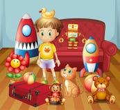 Uma criança dentro da casa com seus brinquedos Fotografia de Stock