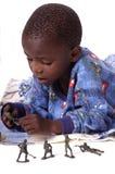 Uma criança doente na cama que joga com seus brinquedos Imagem de Stock Royalty Free