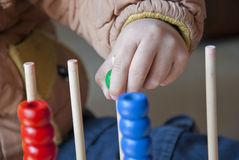 Uma criança em aprender a matemática Imagens de Stock