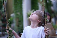 Uma criança em um pavilhão decorado fotografia de stock royalty free