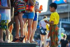 Uma criança espera a fila para reencher sua arma de água fotografia de stock royalty free
