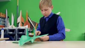 Uma criança está construindo seus próprios aviões vídeos de arquivo