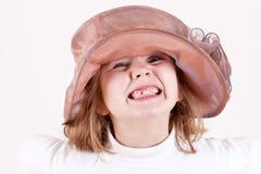 Uma criança está mostrando os dentes foto de stock