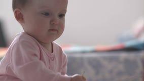 Uma criança está sentando-se em uma ucha video estoque