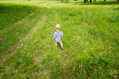 Uma criança explora a natureza Fotografia de Stock