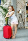 Uma criança feliz embalou uma mala de viagem em uma viagem Conceito, estilo de vida Imagem de Stock Royalty Free