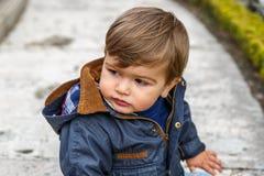 Uma criança gerencie sua cabeça com o interesse Fotos de Stock