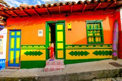 Uma criança local na frente de sua casa em Guatapé Fotografia de Stock