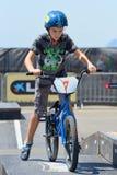Uma criança na competição júnior de FMX (motocross do estilo livre) Fotos de Stock Royalty Free