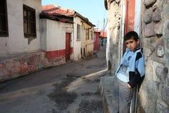Uma criança na frente de sua casa fotos de stock royalty free