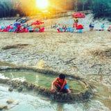Uma criança na praia imagem de stock royalty free