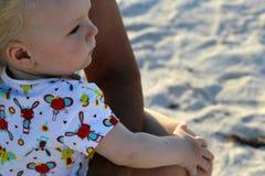 Uma criança olha o mar Imagem de Stock