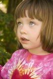 Uma criança olha para cima Imagens de Stock Royalty Free