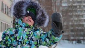 Uma criança pequena anda no parque do inverno Ondulação de jogo e de sorriso do bebê Resto e jogos ativos video estoque