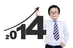 Uma criança que escreve o ano novo 2014 Fotos de Stock Royalty Free