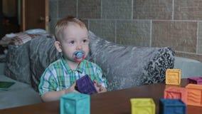 Uma criança que joga blocos do brinquedo