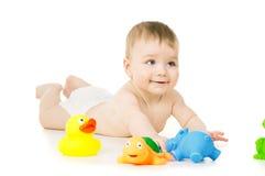 Uma criança que joga com brinquedos fotos de stock