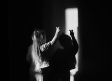 Uma criança que joga com sombra Imagens de Stock Royalty Free