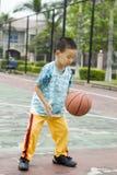 Uma criança que joga o basquetebol Imagem de Stock