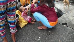 Uma criança tinha aprendido viver nas ruas com a mãe pobre, alimentando o auto em sua garrafa de bebê vídeos de arquivo