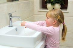 Mãos de lavagem da criança   Foto de Stock