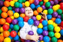 Uma criança loura nova da menina que tem o divertimento Fotografia de Stock Royalty Free