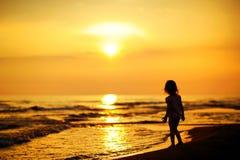 Uma criança pelo mar Fotografia de Stock Royalty Free