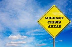 Uma crise emigrante do sinal de estrada no fundo do céu Foto de Stock Royalty Free