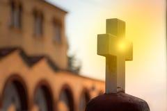 Uma cruz branca de mármore iluminated pelo sol foto de stock royalty free
