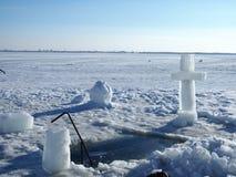 Uma cruz grande na frente de um gelo-furo Na cruz vyrabany do gelo Antes do rito de banho Festa religiosa do esmagamento fotografia de stock