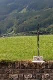 Uma cruz montada em uma parede de alvenaria Imagem de Stock